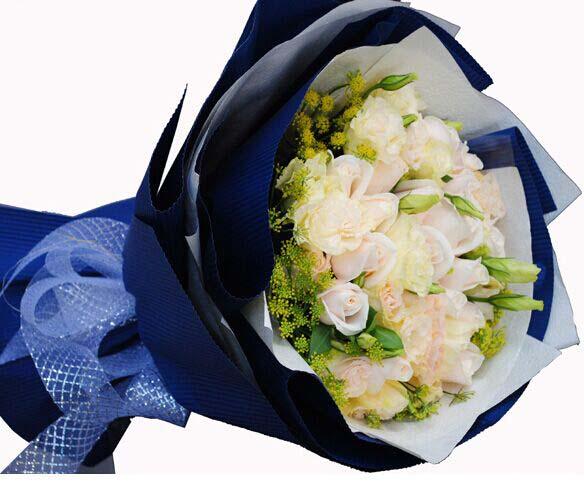 19枝香槟玫瑰11枝洋桔梗搭配英点缀蓝色瓦楞纸包装浅蓝色花结.